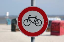 Verkehrszeichen am Strand, Neuharlingersiel, Foto von Dr. Axel Schlote
